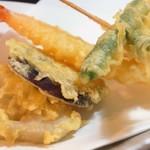 眉月 - カラッと揚げたて天ぷら4点盛り(海老・いんげん・茄子・蓮根)、抹茶塩で