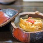 眉月 - 先付、揚げ包み豆腐、続く料理に期待を抱かせる美味しさでした♪
