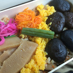 shuzenjiekibemmaizushi - 武士のしいたけ弁当 900円。とっぷりと煮上げた修善寺名産のどんこを使った新商品。地味溢れる味わいです(*´∀`)