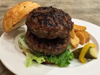 R STAR 三宿 - 手刻みの牛肉の荒目のパティは力強い味わい