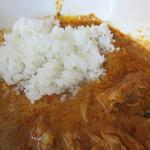 キンギョ - 最後にたっぷり残ったカレーに、無料の白ご飯小サイズを投入。