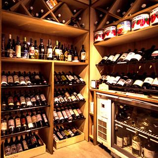 ソムリエ厳選!色とりどりのワインがズラリと並ぶワインセラー