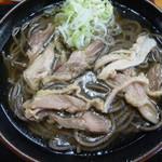 56573213 - 鶏油が浮いたスープはこくがあり蕎麦に絡んですごい美味しい!
