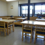 そば処 つる福 - 小上がりとテーブル席・カウンター席からなる清潔な店内