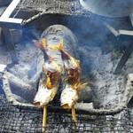 毘沙門茶屋 - 数時間囲炉裏で燻された魚は7割くらいまで身がしまり小さくなりますが、固くはならない食べやすさ。