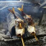 毘沙門茶屋 - じっくり燻される鰺たち。
