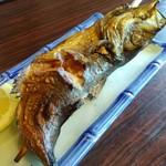 毘沙門茶屋 - 囲炉裏で燻し焼きされた名物の焼き魚はその日の仕入れでいろいろ。