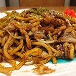 鉄板焼き&お好み焼き どーなが - どーなが @東葛西 コシが強い饂飩のような太麺が使われるランチソース焼きそば 横からの眺め