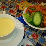 56576367 - セットのスープとサラダ