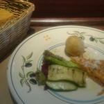 56577917 - 850円のランチセットにはサラダ付き前菜と、トマトとオレガノの自家製フォカッチャ付き