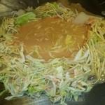 浅草もんじゃ お好み焼き 鉄板焼き 西屋 - キャベツで土手を作って、出汁?投入! 触らずに~