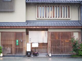 京うどん 生蕎麦 岡北 - 明かりが灯る時間帯。小雨も降り、行列もとぎれて一段落。