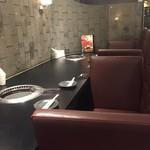 清江苑 - カウンター席はペア3組座れる。