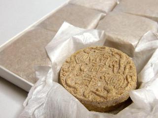 南禅寺 - テイクアウト。8個入り1100円。黄な粉の中は漉し餡
