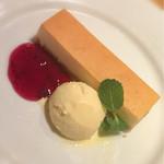 56592639 - ベイクドチーズケーキ  ブルーベリーソース  バニラアイスクリーム添え♪