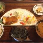 味噌めしや まるたま - サーモン定食