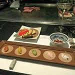 鉄板焼 ツキノウサギ - 焼き野菜、薬味(長皿) 地元の大谷石で作った箸置き