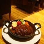 56614644 - 牛100%の手ごねハンバーグと新鮮野菜のグリル ¥1,150(税込¥1,242)