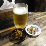 がむしゃら - 生ビール530円とサービスの「ごま油風味のチャーシュー」と辛子高菜は調味料扱いで無料