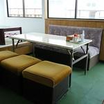 ノシャップ食堂 - 不揃いの椅子もイイ感じ。