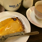 クリスティー - ★★★ ケーキセット 紅茶と洋梨のタルト →タルトがプリンみたいな食感でした