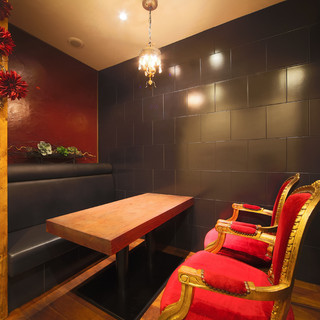 アンティーク調の素敵なスペースは、大人のデートに最適