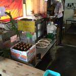 岩本商店 - 作業場をパシャ 予約の鉢盛りが3皿
