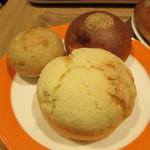 ブロートバール セセシオン - 手前からメロンパン・発芽玄米ブレッド(小)・丹波あんパン