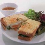 ロクシタンカフェ - 牛挽肉とほうれん等・半熟卵のクロックムッシュ