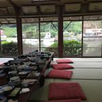 民芸茶房 - 宴会場の雰囲気(朝)食事後なので座布団に乱れが笑   窓の外は船着場(*^^*)