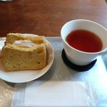 56660711 - シフォンサンドと紅茶