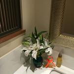 シェムラブルリス - 洗面所にはカサブランカが飾られていました♬