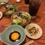 季節料理 大路 - サラダ   漬物    タレ   お茶