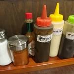 花たぬき - テーブルには甘口と辛口のソースやマヨネーズ等が置いてあります。