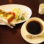 56672885 - レギュラーコーヒー(400円)、MAHALOモーニング・C.バジルチーズトースト(ドリンク代+150円)