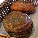 リトルマーメイド - 「イタリア栗のショコラパイ」と「バターチキンカレーパン」。