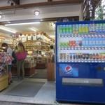 きしの - きしの店前には飲料自販機とこの裏にはキャリーバックも入れられる大型コインロッカー