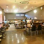石松餃子 - 店内(カウンター席とテーブル席がある)