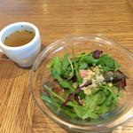 ル バー ラ ヴァン サンカンドゥ アザブ トウキョウ 横浜ベイクォーター店 - ランチのサラダとスープ。