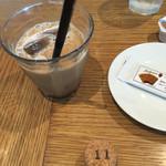 ル バー ラ ヴァン サンカンドゥ アザブ トウキョウ 横浜ベイクォーター店 - こだわりブレンドのアイスコーヒーと伝票がわりのコルク栓。