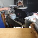 カルド - 生地を延ばして、手際よく調理。あっという間に焼き上がりますピザ