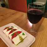 まめなカフェ - 晩酌セット700円 グラスワイン+塩豆富のカプレーゼ
