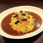 カレー専門店 大文字 - トマトとナスと角切りチーズのオムカレー