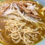 北海道らーめん - カレーラーメンの底から麺を出す