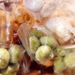 プラマイナ セカンド - カウンターには毎朝焼き上がる焼き菓子がならんでます