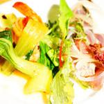 YONA YONA BEER WORKS - エビと青梗菜の炒め物、カツオのカルパッチョ