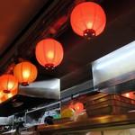 居酒屋 十番 - 店内に灯る赤提灯