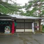 田里津庵 - 小さな道路いくと突き当たりが お店  階段降りると松島   顔だし?  〜ここの風情には ・・(  -_・)? あと 一の坊でも  飾っていた 赤い竹のアート・・・これも 私的には(  -_・)?