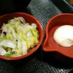 なか卯 - 別売の漬物と、添えられた山山葵(ホースラディッシュ?)風味のマヨネーズ