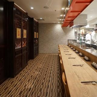 オープンキッチンカウンター、五感で愉しむライブ感